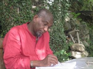 Rogo Koffi Fiangor en chemise rouge